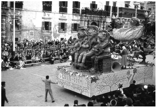 A float during the Carnival défilé, some time in the '50s. Note the crowded Palace balcony, as well as the seating arrangements on the square itself.